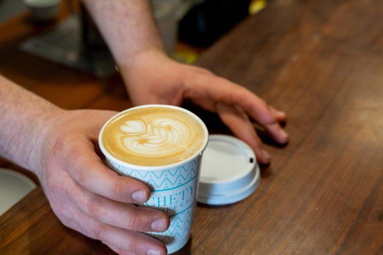Czy kawa w plastiku smakuje inaczej?